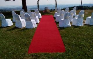 slaovbrána, červený koberec, židle s potahy
